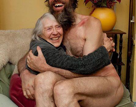 El caminante desnudo regresa al regazo de su madre tras siete años