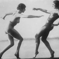 Desnudez y deporte femenino.